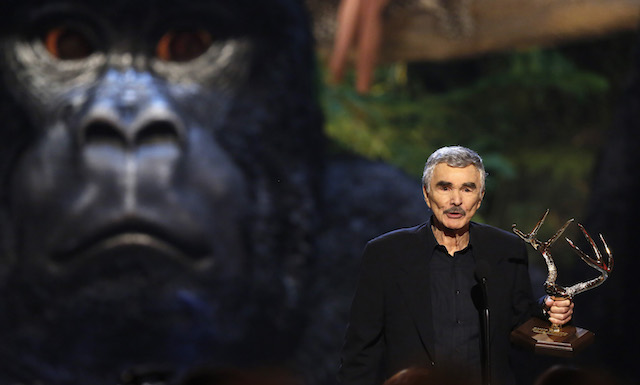 "Actor Burt Reynolds accepts the Alpha Male award at the seventh annual Spike TV's ""Guys Choice"" awards in Culver City, California June 8, 2013. REUTERS/Mario Anzuoni"