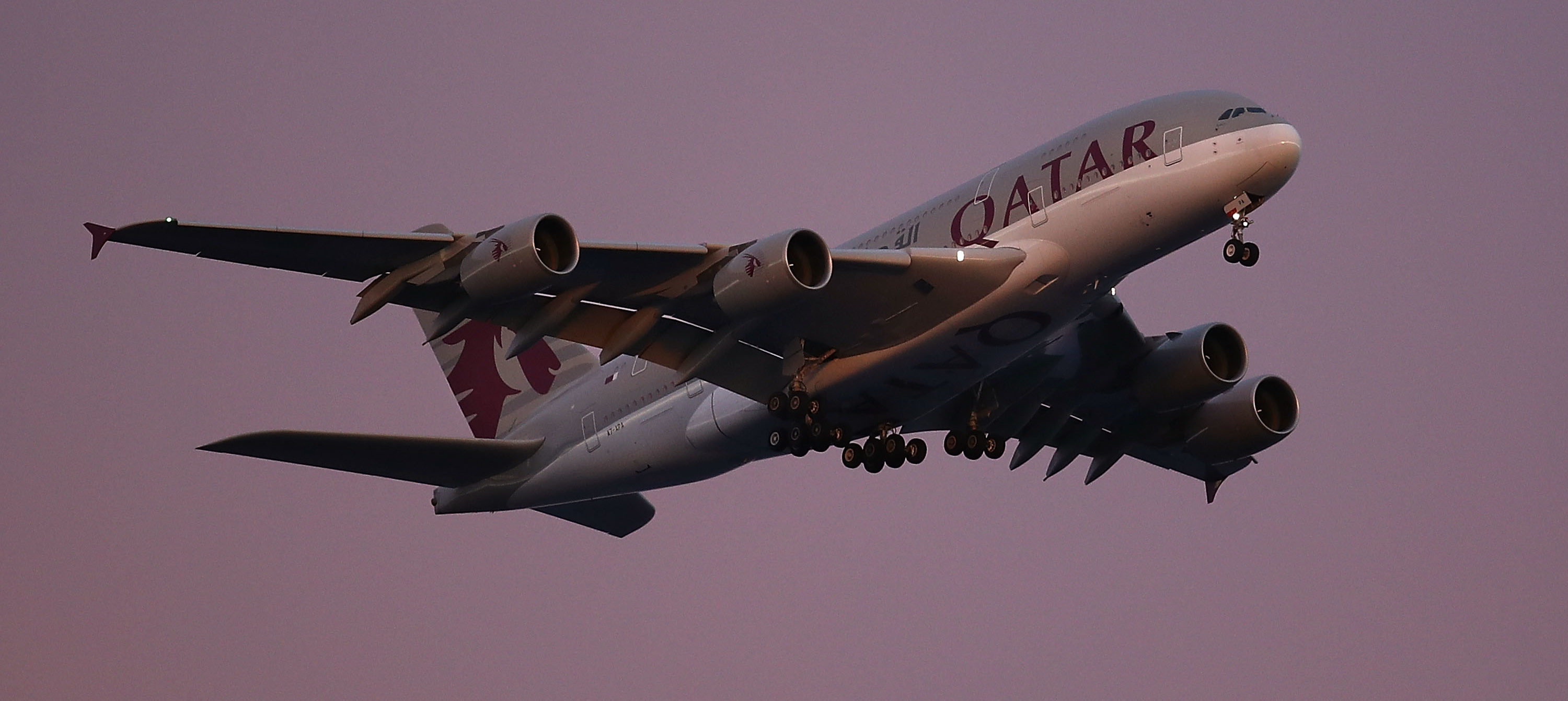 SYDNEY, AUSTRALIA - AUGUST 19: A Qatar Airways Airbus A380 comes in to land on August 19, 2018 in Sydney, Australia. (Photo by Ryan Pierse/Getty Images)