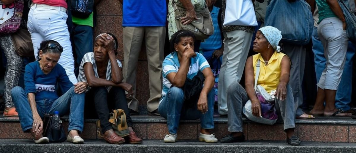 TOPSHOT - People line up to withdraw part of their pensions outside a bank branch, in Caracas on September 3, 2018. - Pensioners queued up for hours Monday outside banks in Venezuela to try to withdraw cash, which is scarce in spite of the circulation of new bills. Pensioners only received 90 bolivars, an equivalent to 1,5 dollars at the official exchange rate, a little over the price of a tuna can of 140 grams. (Photo by Federico PARRA / AFP) (Photo credit should read FEDERICO PARRA/AFP/Getty Images)