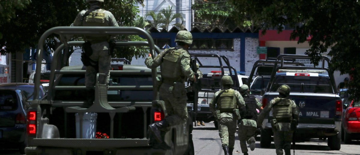 Soldiers arrive to the police headquarters during an operation to check if there are police officers that colluded with organised crime, in Acapulco, Mexico September 25, 2018. REUTERS/Javier Verdin