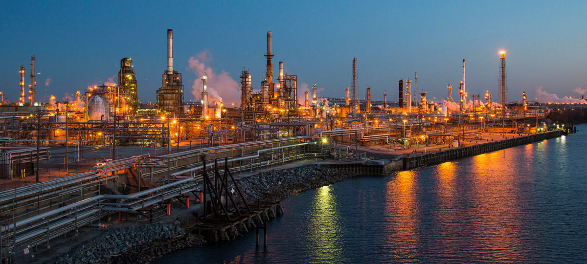 FILE PHOTO: The Philadelphia Energy Solutions oil refinery owned by The Carlyle Group is seen at sunset in Philadelphia, U.S. March 26, 2014. REUTERS/David M. Parrott