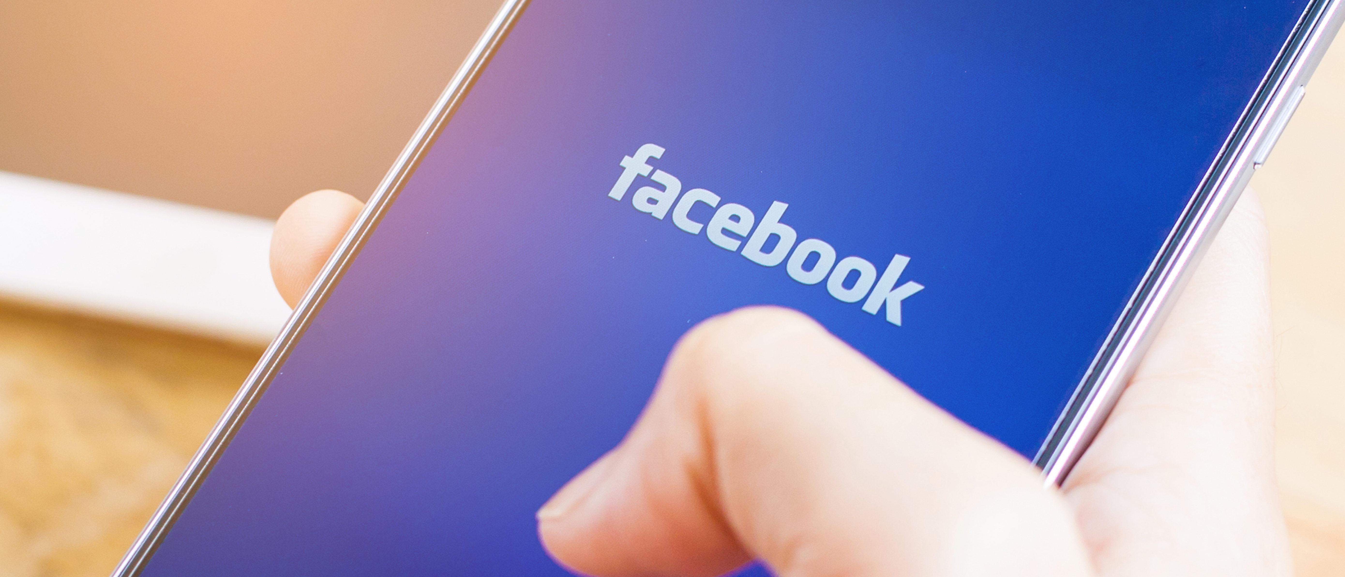 Facebook (Shutterstock/I AM NIKOM)