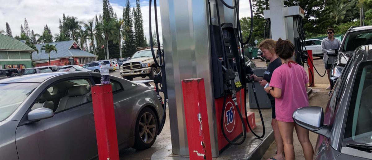A long line of cars wait as people fill up their vehicles with gasoline as Hurricane Lane approaches Kauai, Hawaii, U.S., August 22, 2018. REUTERS/ Sue Horton