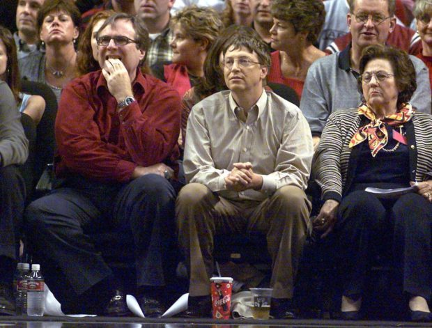 (FILES) Dated May 26, 2000 filed photo shows Microsoft co-founders Bill Gates (C) and Paul Allen (L) watches the third game of the Western Conference Finals between the Los Angeles Lakers and the Portland Trail Blazers in Portland, Oregon. Billionaire Paul Allen, who founded US software giant Microsoft with Bill Gates in 1975, has been diagnosed with cancer, technology blogs reported on November 16, 2009. AFP PHOTO GEORGE FREY/hmb (Photo: GEORGE FREY/AFP/Getty Images)