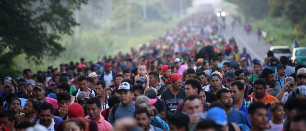 Honduran migrants take part in a caravan heading to the US on the road linking Ciudad Hidalgo and Tapachula, Chiapas state, Mexico, on October 21, 2018. - Thousands of Honduran migrants resumed their march toward the United States on Sunday from the southern Mexican city of Ciudad Hidalgo, AFP journalists at the scene said. (Photo by Pedro Pardo / AFP)