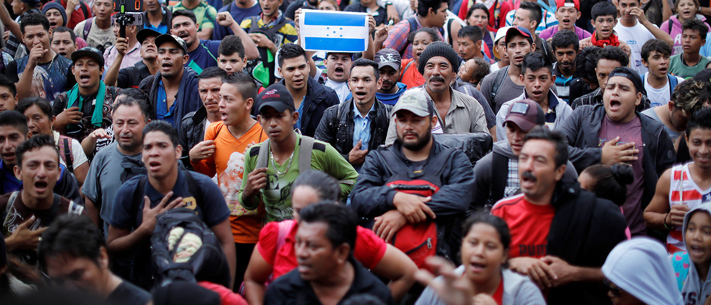 Honduran migrants, part of a caravan trying to reach the U.S., gather near the border with Mexico, in Tecun Uman, Guatemala October 19, 2018. REUTERS/Ueslei Marcelino