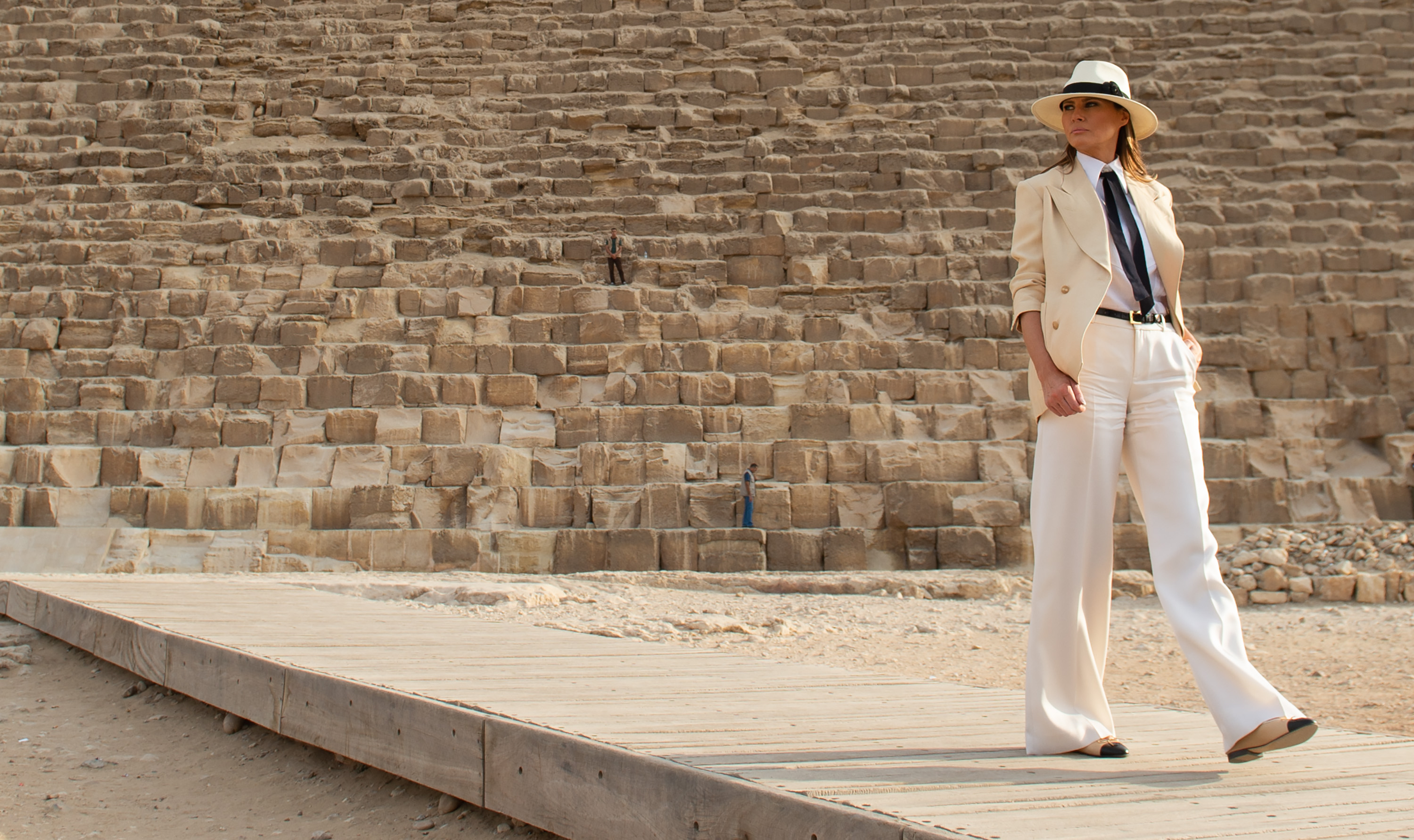 US First Lady Melania Trump stands in front of the Great Pyramid in Giza, Egypt, October 6, 2018, the final stop on her 4-country tour through Africa. (Photo by SAUL LOEB / AFP) (Photo credit should read SAUL LOEB/AFP/Getty Images)
