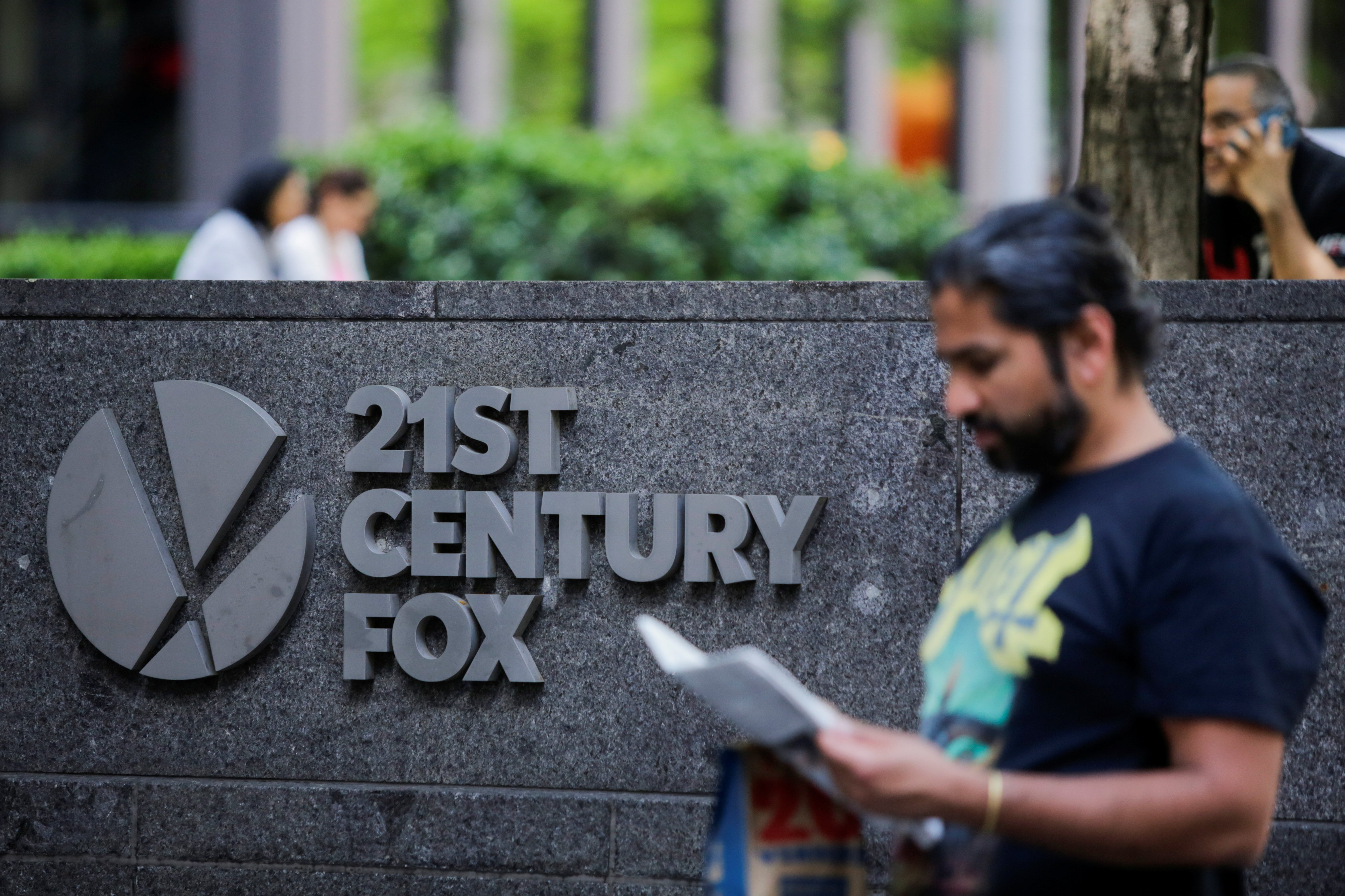 The 21st Century Fox logo is displayed outside the News Corporation building in the Manhattan borough of New York City, New York, U.S., June 15, 2018. REUTERS/Eduardo Munoz - RC186FA54DF0