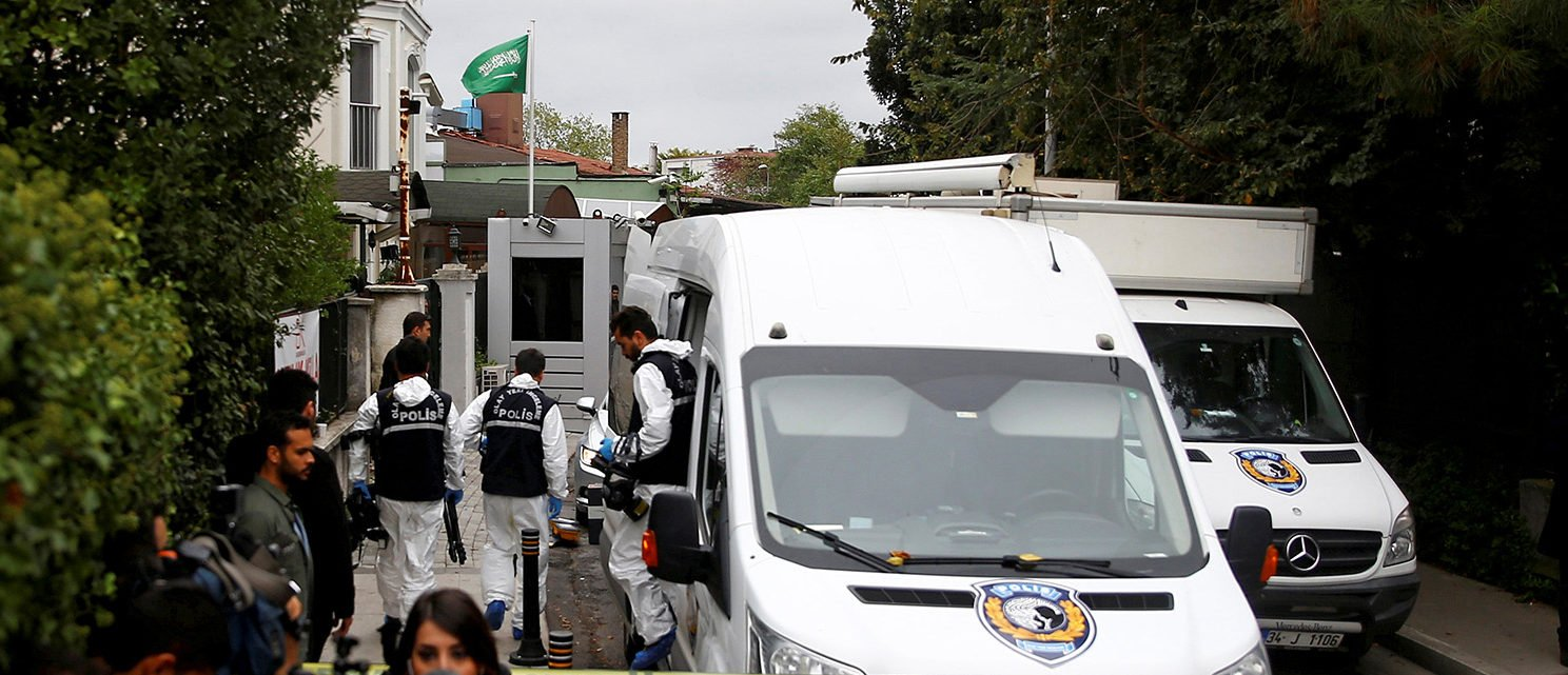 Turkish forensic officials arrive to the residence of Saudi Arabia's Consul General Mohammad al-Otaibi in Istanbul, Turkey October 17, 2018. REUTERS/Osman Orsal