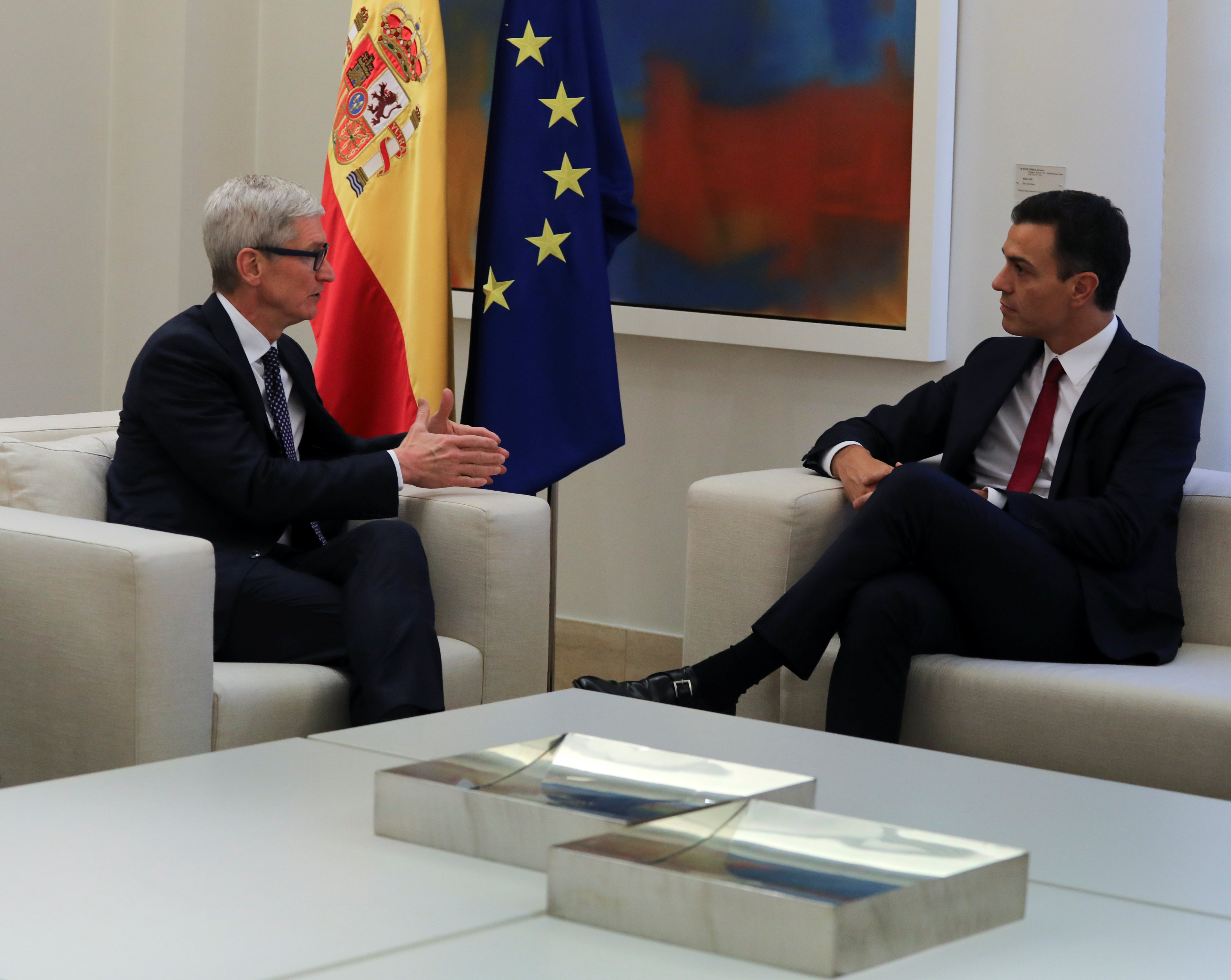 Apple CEO Tim Cook meets with Spain's Prime Minister Pedro Sanchez at the Moncloa Palace in Madrid, Spain, October 25, 2018. REUTERS/Sergio Perez