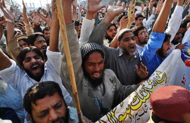 Pakistani Islamists chant slogans against Asia Bibi, a Christian mother sentenced to death, during a protest in Lahore on November 26, 2010. Pakistani Muslims threatened protests and anarchy if the government pardons a Christian mother sentenced to death for blasphemy, calling hundreds of demonstrators onto the streets. AFP PHOTO/Arif ALI