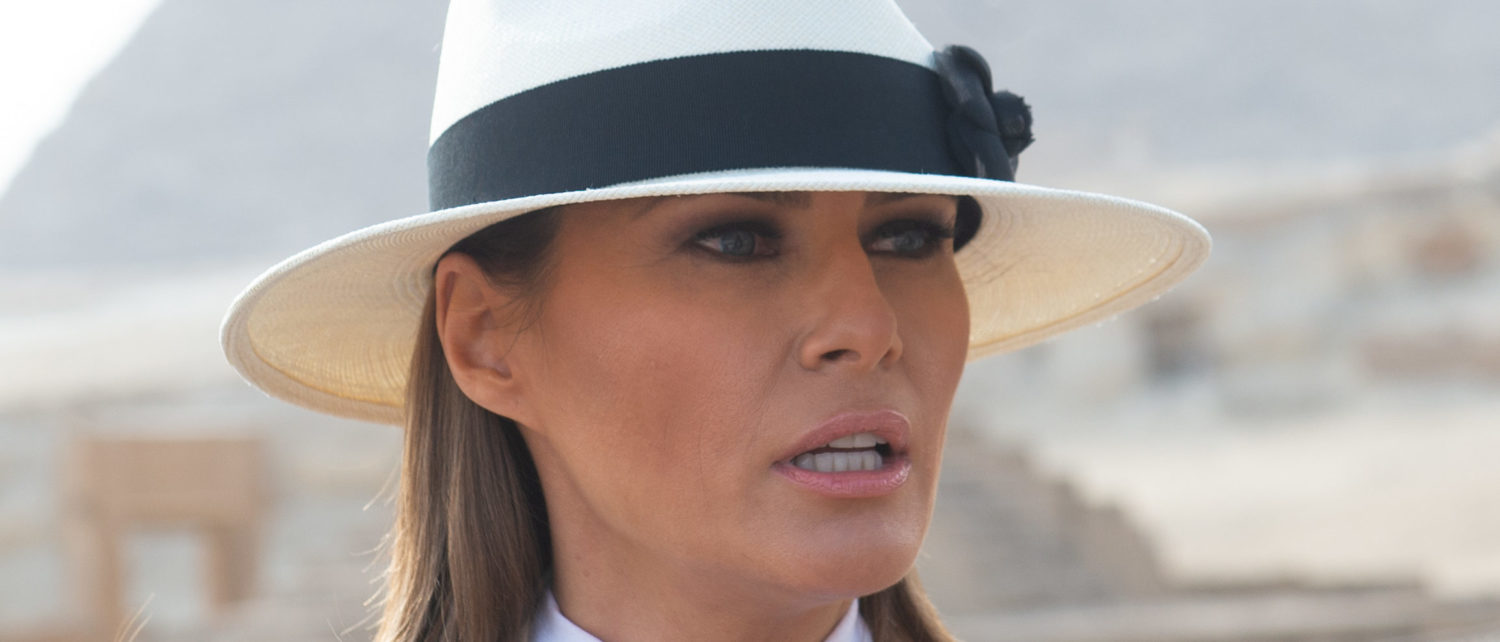 US First Lady Melania Trump tours the Egyptian pyramids and Sphinx in Giza, Egypt, October 6, 2018, the final stop on her 4-country tour through Africa. (Photo by SAUL LOEB / AFP)