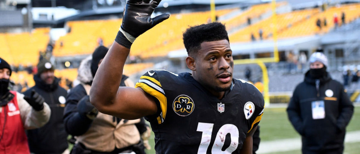 PITTSBURGH, PA - DECEMBER 31: JuJu Smith-Schuster #19 of the Pittsburgh Steelers waves to the crowd as he walks off the field at the conclusion of the Pittsburgh Steelers 28-24 win over the Cleveland Browns at Heinz Field on December 31, 2017 in Pittsburgh, Pennsylvania. (Photo by Justin Berl/Getty Images)