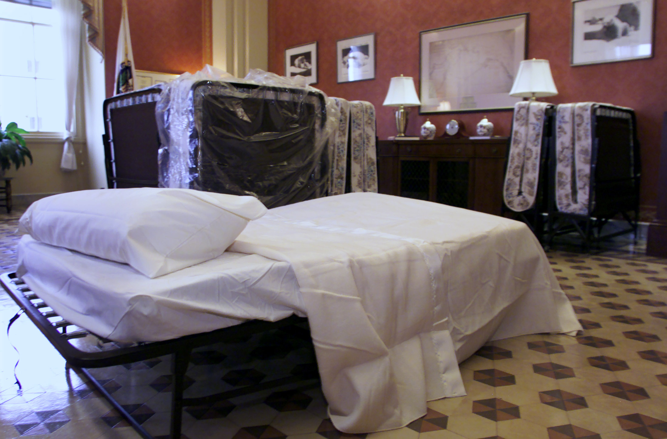 Senate Republicans set up beds in the Strom Thurmond Room of the U.S. Capitol in Washington, November 12, 2003. REUTERS/William Philpott