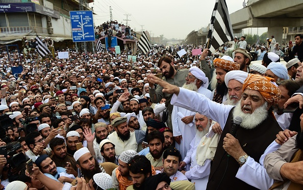 Head of Pakistan's religious hardline party Jamiat Ulema Islam (JUI) Maulana Fazalur Rehman (R) speaks to supporters during a protest rally following the Supreme Court's decision to acquit Pakistani Christian woman Asia Bibi of blasphemy, in Peshawar on November 2, 2018. (Photo: ABDUL MAJEED / AFP)