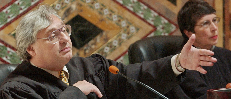 Judge Alex Kozinski, of the 9th U.S. Circuit Court of Appeals, gestures during oral arguments in San Francisco, September 22, 2003. REUTERS/Paul Sakuma