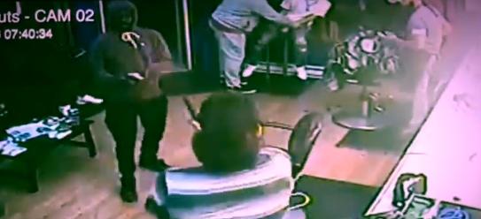 Armed robbers picked on the wrong barber (LiveLeak screengrab)