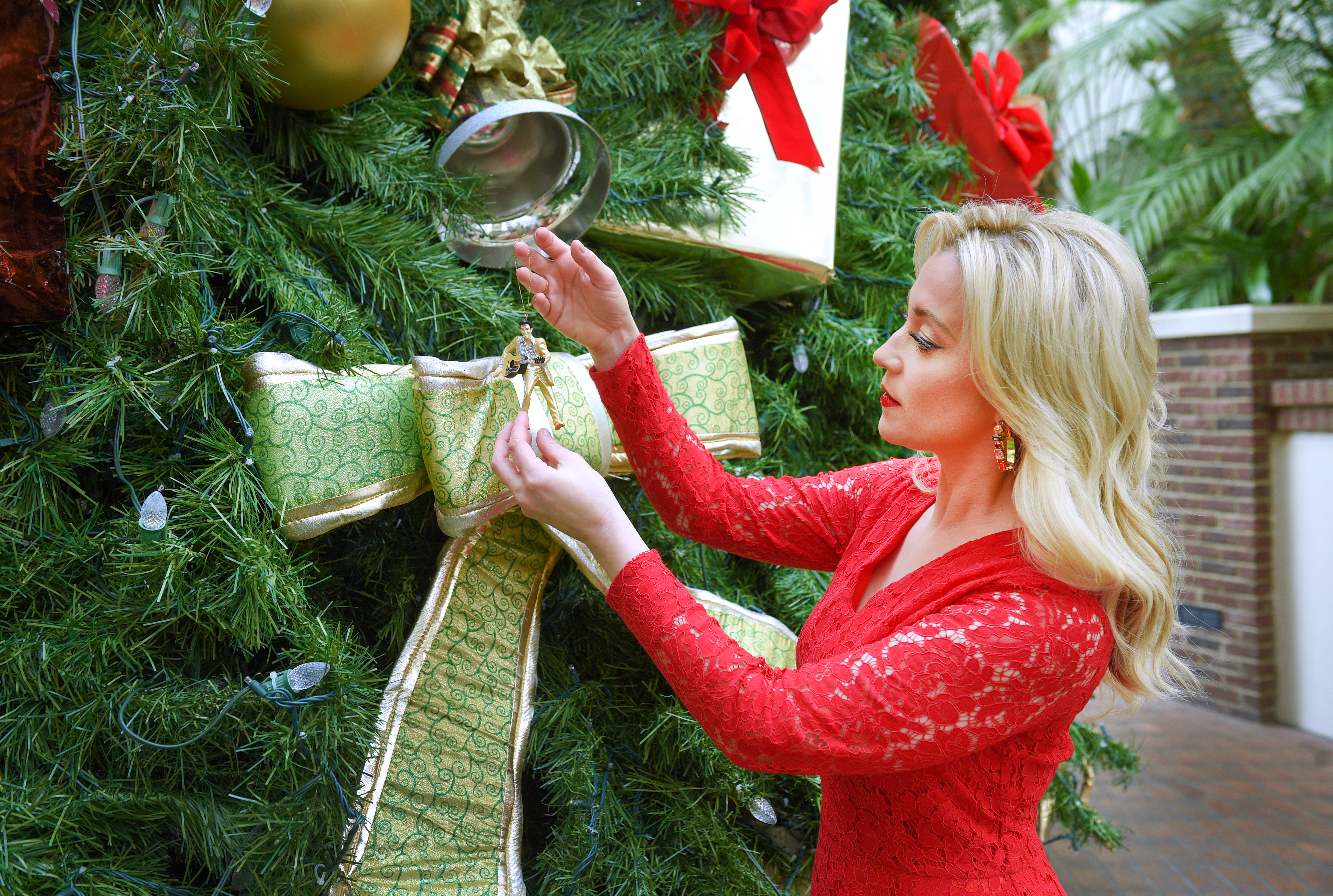 NASHVILLE, TN - NOVEMBER 05: American country music artist and Emmy-nominated television personality Kellie Pickler is seen hanging a Christmas ornament at the Gaylord Opryland Resort on November 5, 2018 in Nashville, Tennessee. (Photo by Jason Kempin/Getty Images for Status PR)