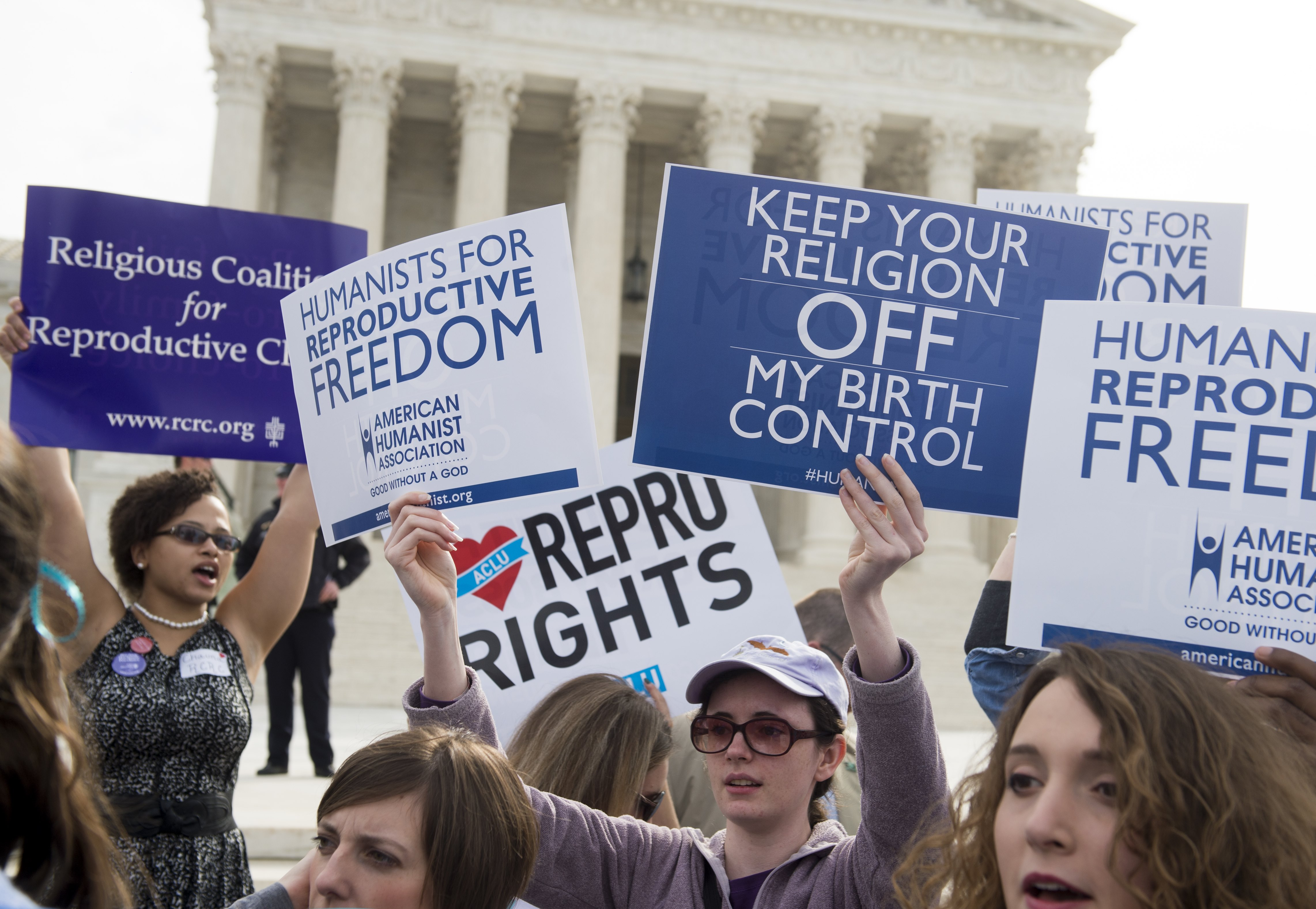 Supporters of women's health rally outside the Supreme Court in Washington, DC, March 23, 2016, as the Court hears oral arguments in 7 cases dealing with religious organizations that want to ban contraceptives from their health insurance policies on religious grounds. / AFP / SAUL LOEB