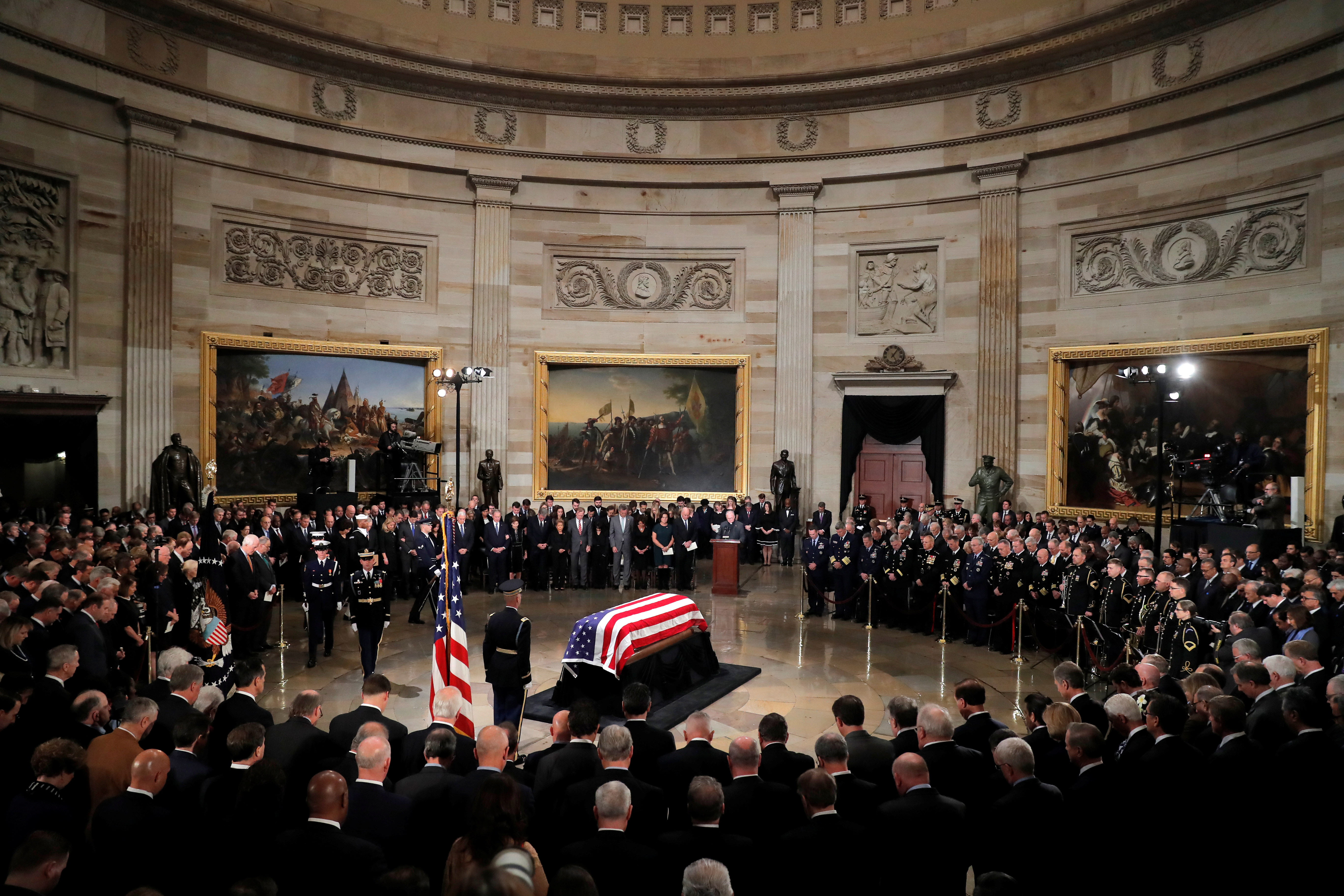 The casket carrying the remains of the late former U.S. President George H.W. Bush stands inside the U.S. Capitol rotunda during ceremonies in Washington D.C., U.S., December 3, 2018. (REUTERS/Eric Thayer)