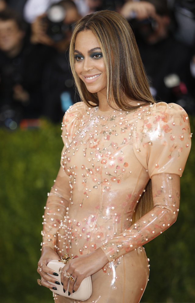 """Singer-Songwriter Beyonce Knowles arrives at the Metropolitan Museum of Art Costume Institute Gala (Met Gala) to celebrate the opening of """"Manus x Machina: Fashion in an Age of Technology"""" in the Manhattan borough of New York, May 2, 2016. REUTERS/Eduardo Munoz"""