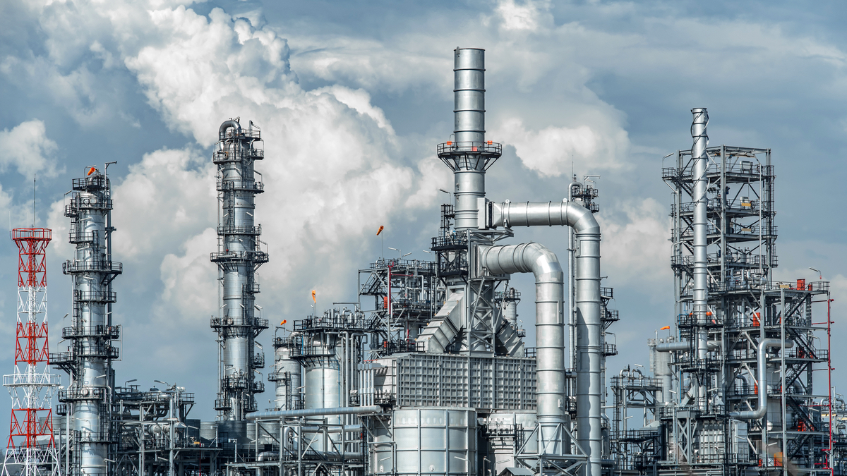 Oil and gas refinery (Shutterstock/Red ivory)