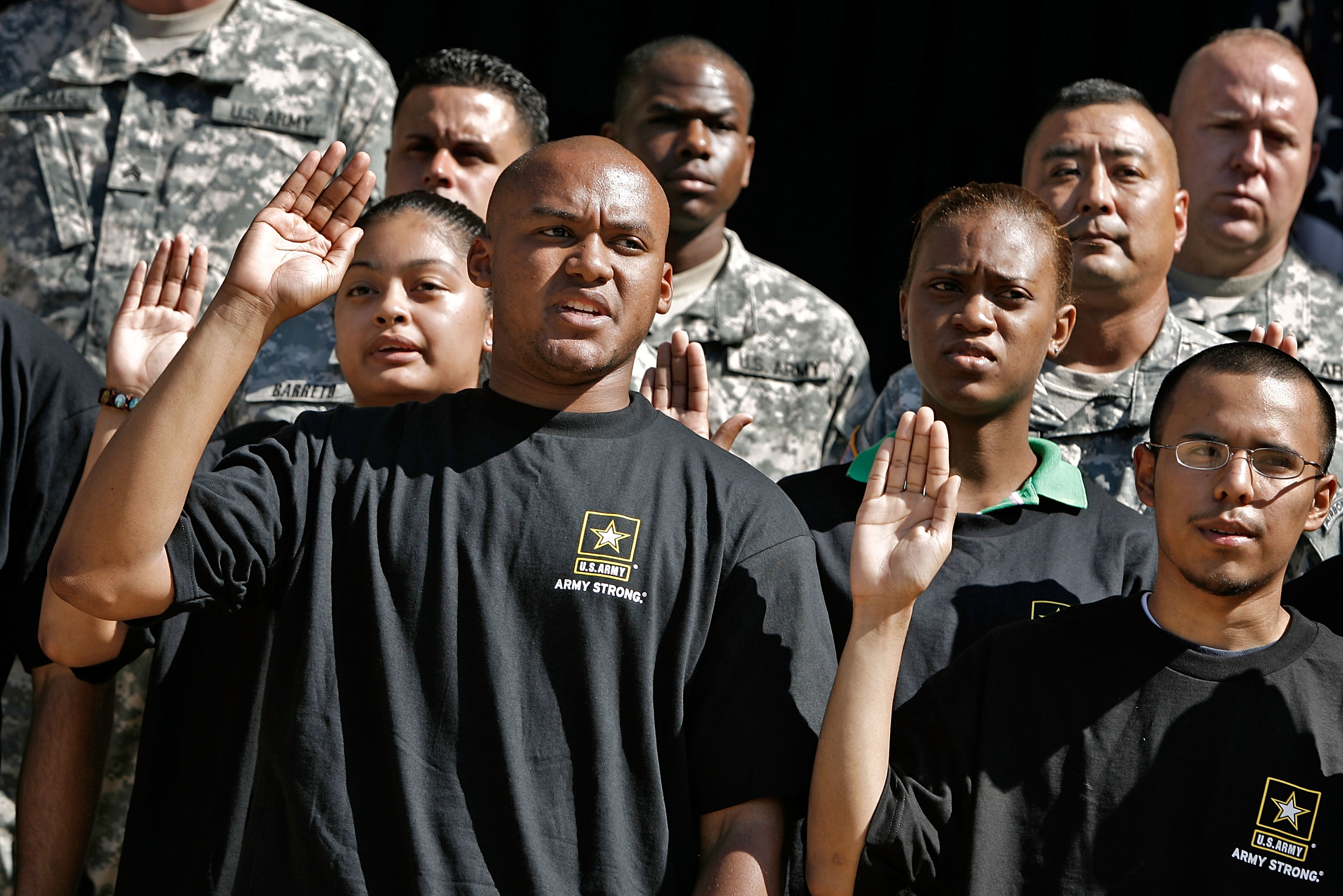 "Eric Myers, 24, of Woodbridge, Virginia, (2nd L) joins 15 other new recruits, or ""future soldiers,"" in taking the oath to join the U.S. Army at the Pentagon July 1, 2008 in Arlington, Virginia. (Photo by Chip Somodevilla/Getty Images)"