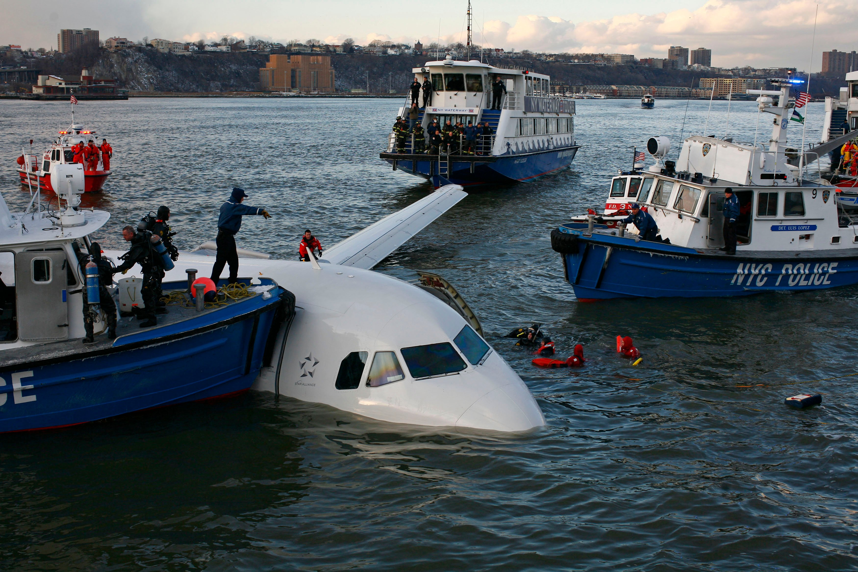 Emergency personnel search for passengers after a U.S. Airways plane landed in the Hudson River in New York, January 15, 2009. REUTERS/Eric Thayer
