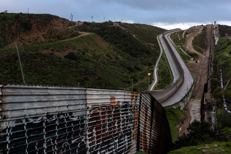 MEXICO-US-BORDER-FENCE-MIGRATION