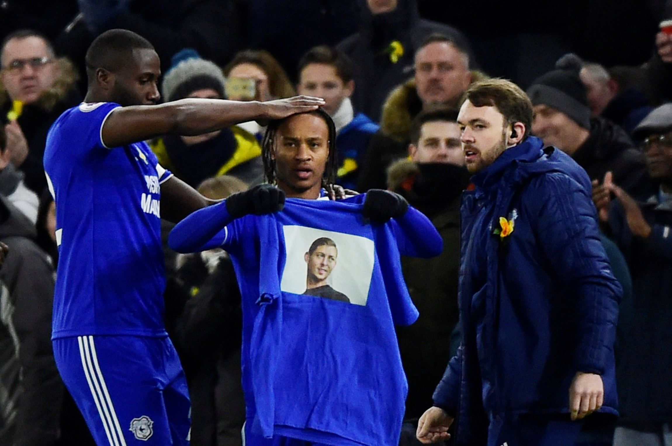Soccer Football - Premier League - Cardiff City v AFC Bournemouth - Cardiff City Stadium, Cardiff, Britain - February 2, 2019 Cardiff City's Bobby Reid celebrates scoring their first goal by displaying a shirt paying tribute to Emiliano Sala (REUTERS/Rebecca Naden)