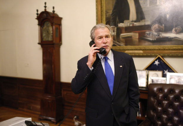 President George W. Bush speaks with President-elect Senator Barack Obama (D-IL) during a congratulatory phone call from the Treaty Room at the White House November 4, 2008. REUTERS/Eric Draper/Handout (UNITED STATES) US PRESIDENTIAL ELECTION CAMPAIGN 2008 (USA). GM1E4B514Y401