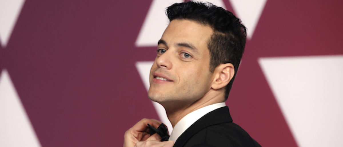 91st Academy Awards - Oscars Photo Room - Hollywood, Los Angeles, California, U.S., February 24, 2019. Best Actor Rami Malek gets his bowtie adjusted as he poses with his award backstage, REUTERS/Mike Segar