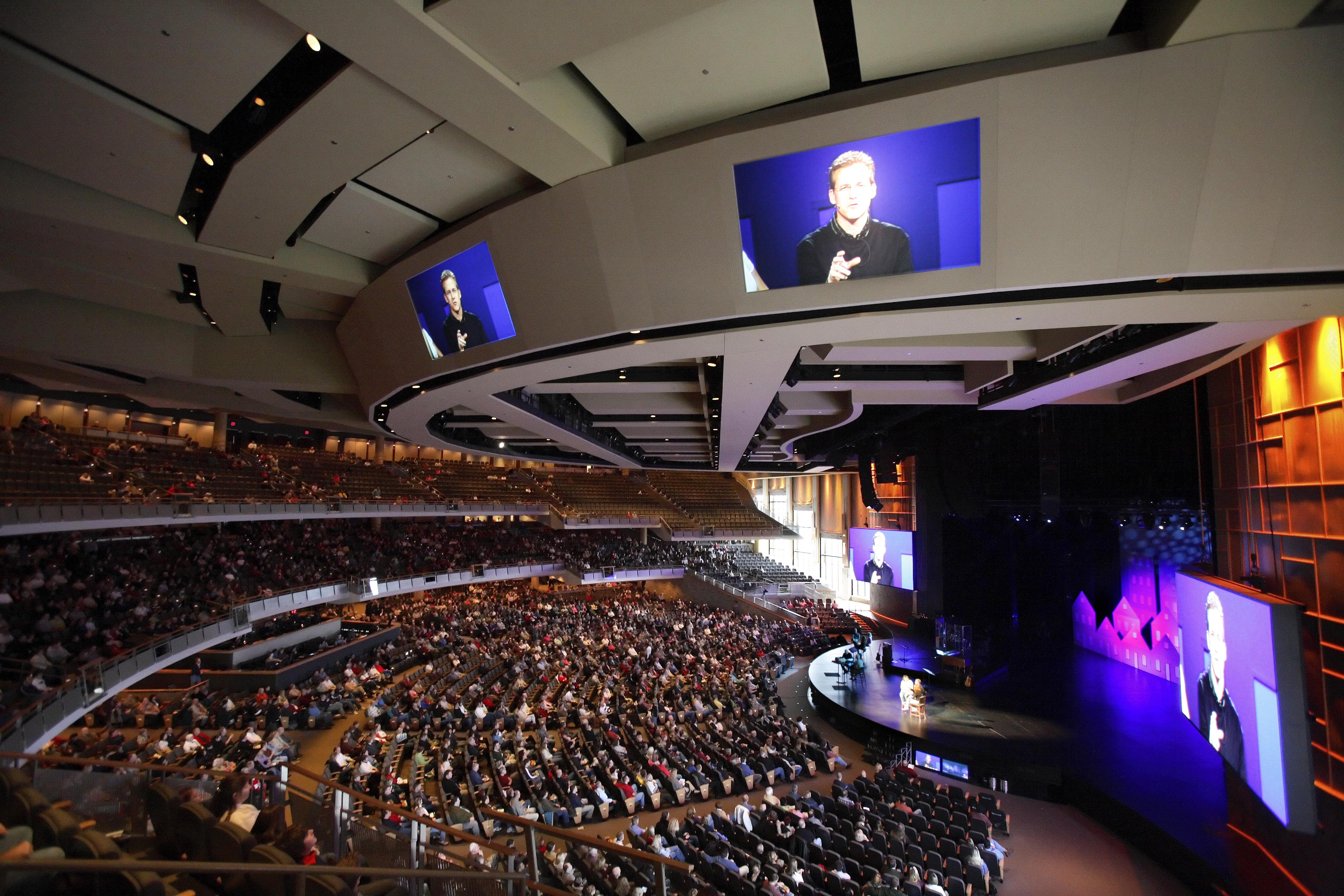 Pastor Gene Appel's image can be seen projected on several televisions in the 7,000-seat Willow Creek Community church during a Sunday service in South Barrington, Illinois, November 20, 2005. REUTERS/John Gress