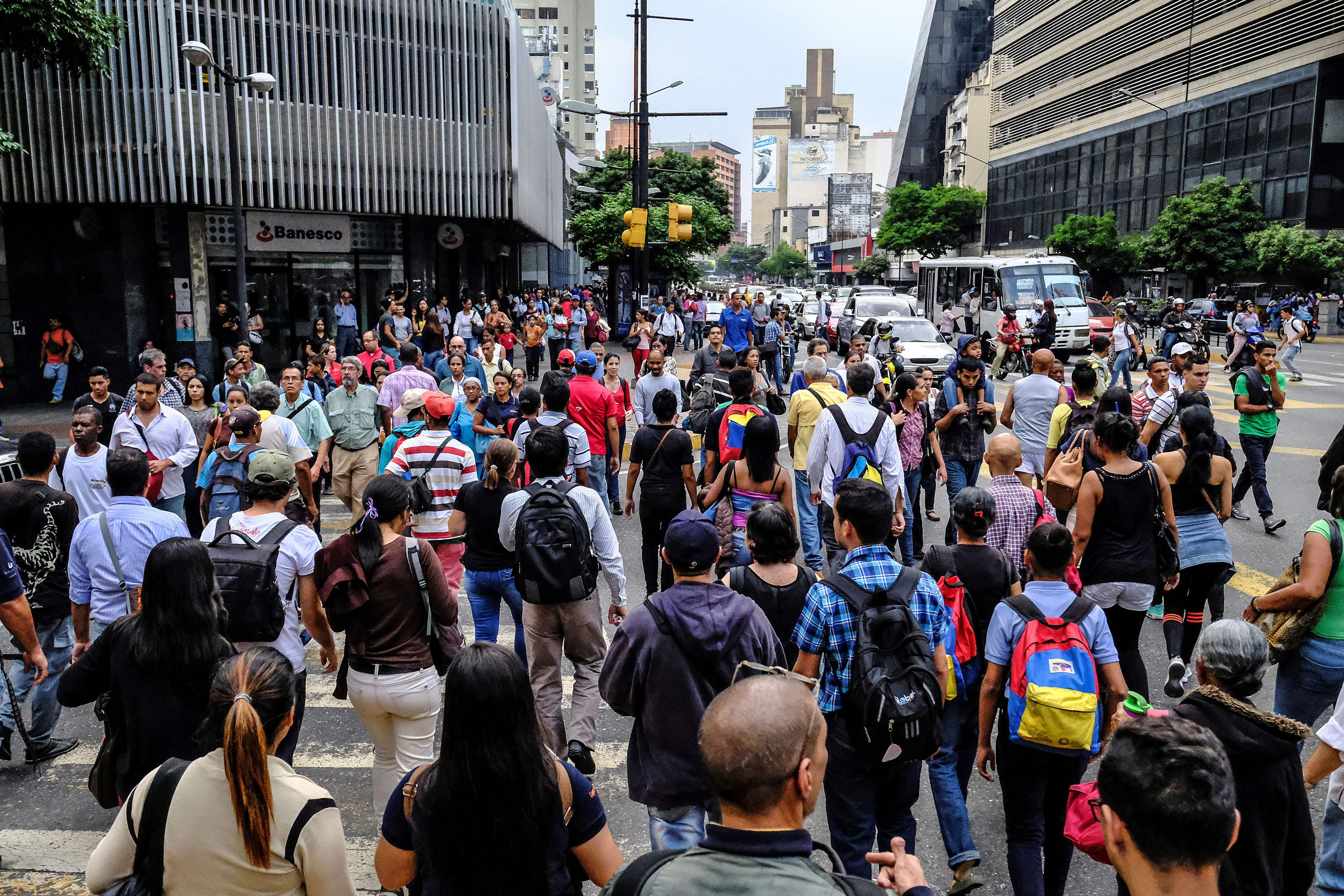 Commuters unable to use the subway due to a partial power cut, flock to the streets in Caracas on March 7, 2019. (MATIAS DELACROIX/AFP/Getty Images)