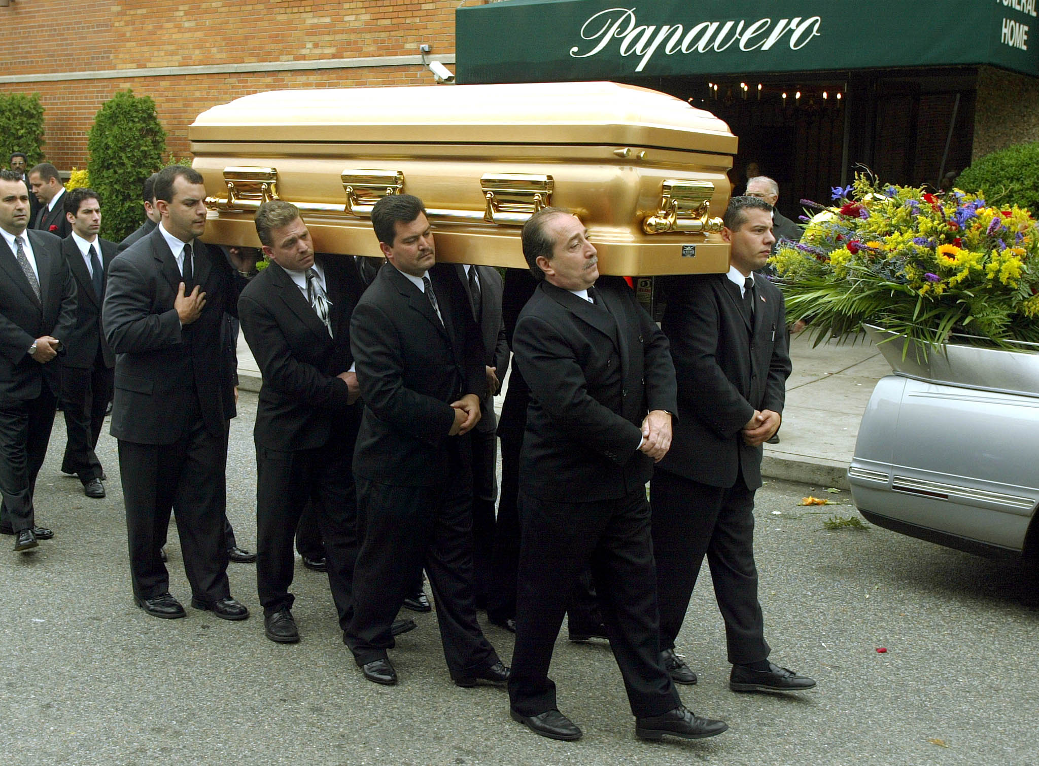 The body of former mob boss John Gotti is carried from Papavero Funeral Home in the Queens borough of New York 15 June 2002. (DOUG KANTER/AFP/Getty Images)