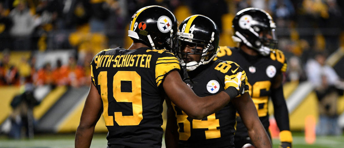 PITTSBURGH, PA - NOVEMBER 16: Antonio Brown #84 of the Pittsburgh Steelers celebrates with JuJu Smith-Schuster #19 after a 41 yard touchdown reception in the first quarter during the game against the Tennessee Titans at Heinz Field on November 16, 2017 in Pittsburgh, Pennsylvania. (Photo by Justin Berl/Getty Images)