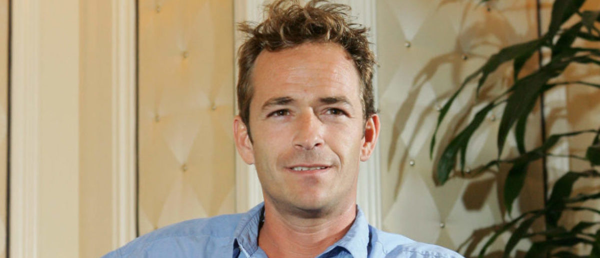 """Actor Luke Perry poses at the Video Software Dealers Association's annual home video convention at the Bellagio July 26, 2005 in Las Vegas, Nevada. Perry is promoting the science-fiction film """"Supernova"""" which will air on the Hallmark Channel in September 2005. (Photo by Ethan Miller/Getty Images)"""