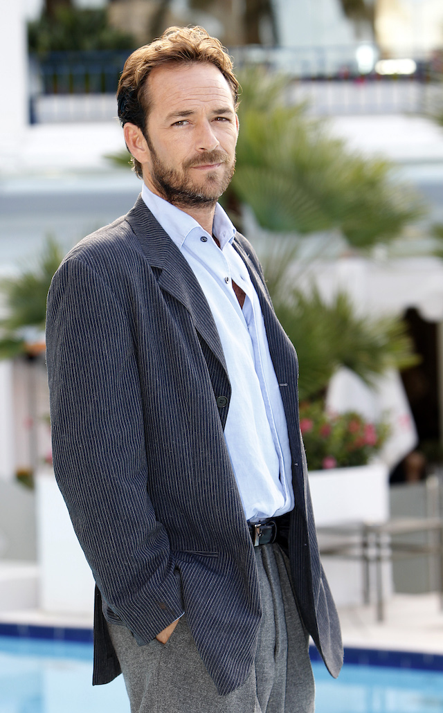 """U.S. actor Luke Perry poses during a photocall to promote his television series """"Goodnight For Justice"""" at the annual MIPCOM television programme market in Cannes, southeastern France, October 5, 2010. The international film and programme market for TV, video, cable and satellite (MIPCOM) opens from October 4 to October 8 on the French Riviera. REUTERS/Eric Gaillard"""