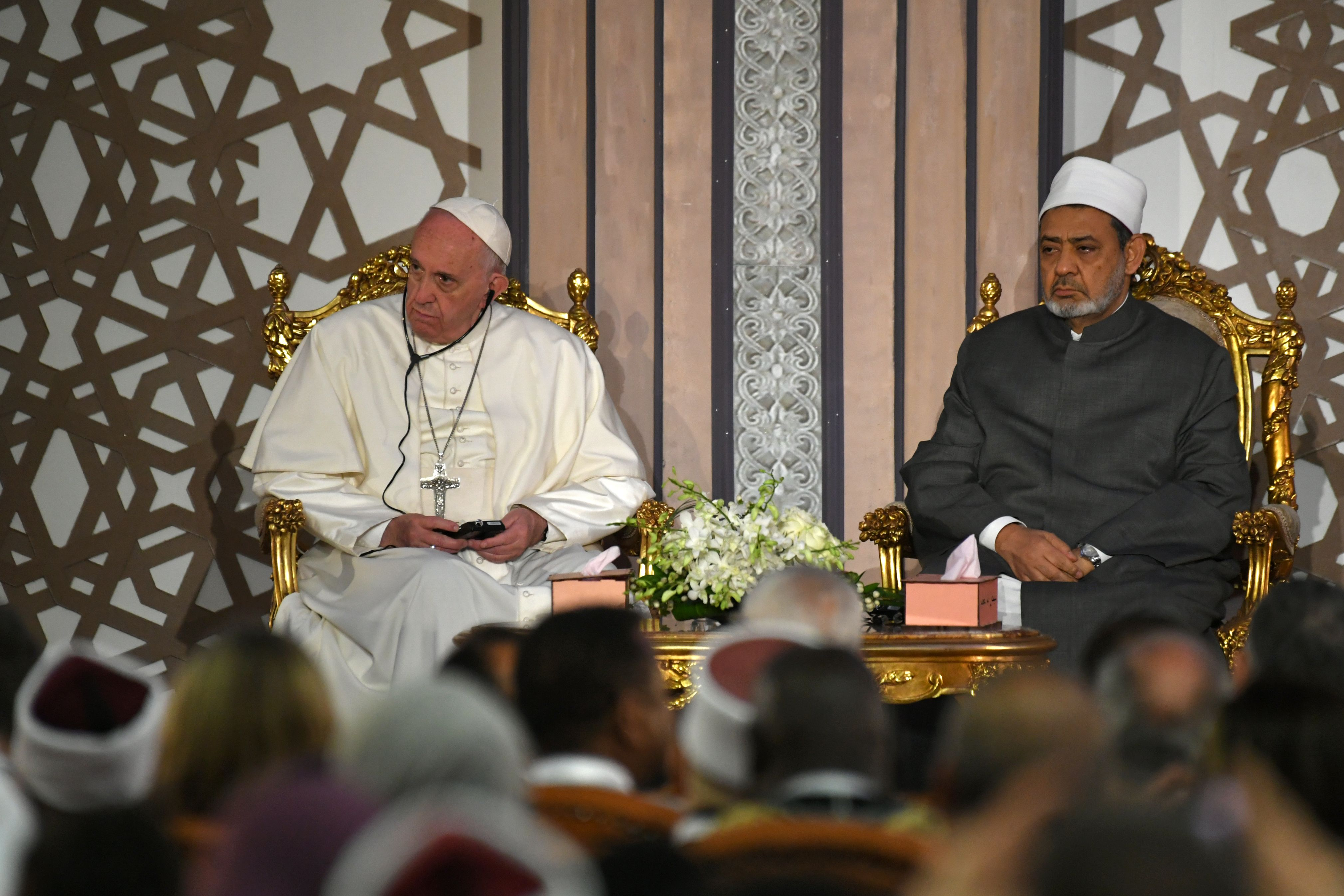 Pope Francis (L) meets with Sheikh Ahmed al-Tayeb, the Grand Imam of Al-Azhar, during a visit to the prestigious Sunni institution in Cairo on April 28, 2017. (ANDREAS SOLARO/AFP/Getty Images)