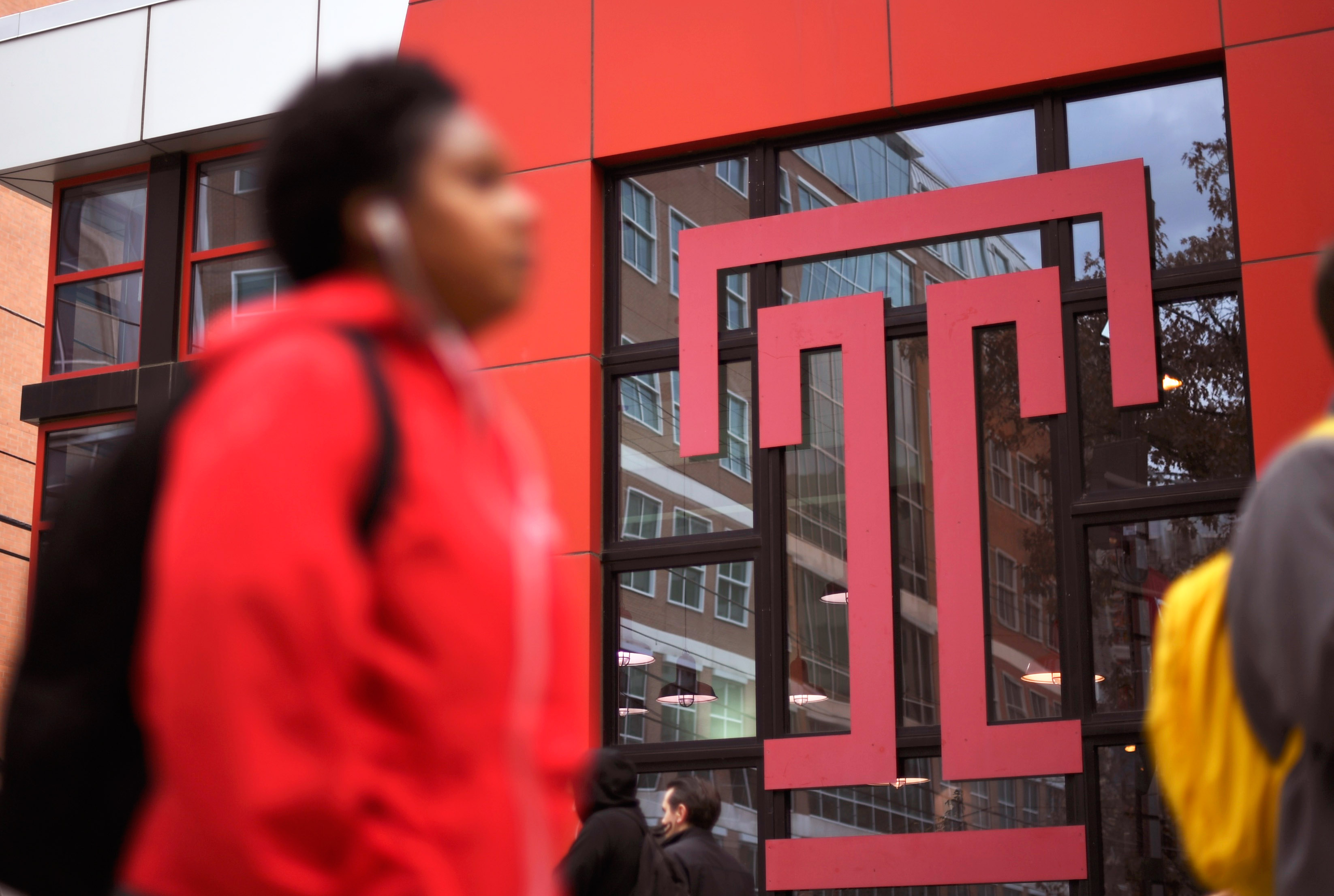 Students walk through the campus of Temple University, which has an enrollment of more than a 38,000 and offers 464 academic degree programs, in Philadelphia, Pennsylvania, U.S. on December 1, 2016. (COLLEGE-CHARITIES/ REUTERS/Mark Makela)