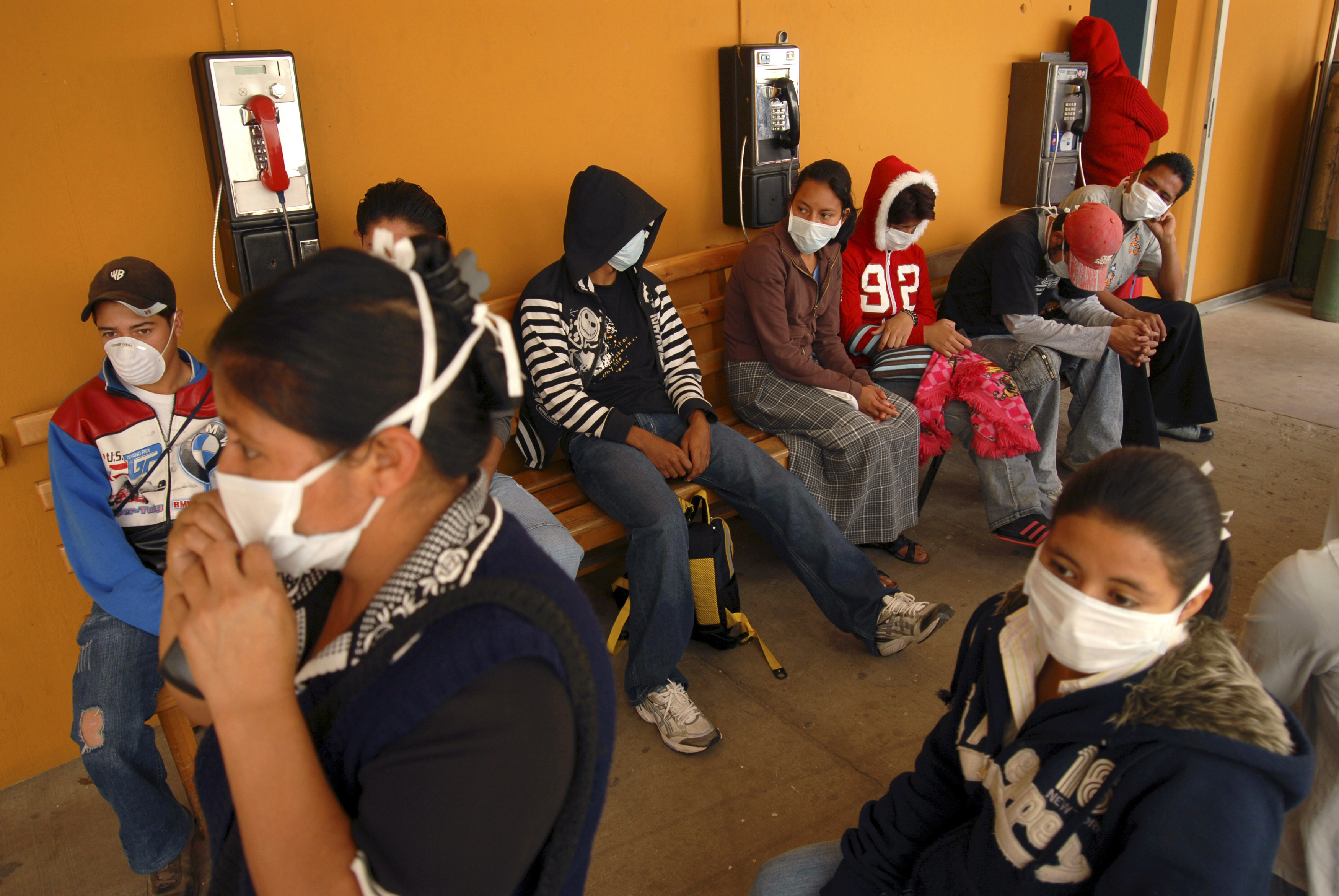 Patients wearing masks wait to be attended inside the Roosevelt hospital in Guatemala City April 28, 2009. Guatemala is checking all travelers arriving from Mexico for signs of flu and stopping anyone with symptoms of the virus at border crossings. REUTERS/Doriam Morales (GUATEMALA HEALTH) - GM1E54T0RMR02