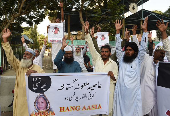 Pakistani protesters shout slogans against Asia Bibi, a Christian woman facing death sentence for blasphemy, at a protest in Karachi on October 13, 2016. (Photo by ASIF HASSAN/AFP/Getty Images)