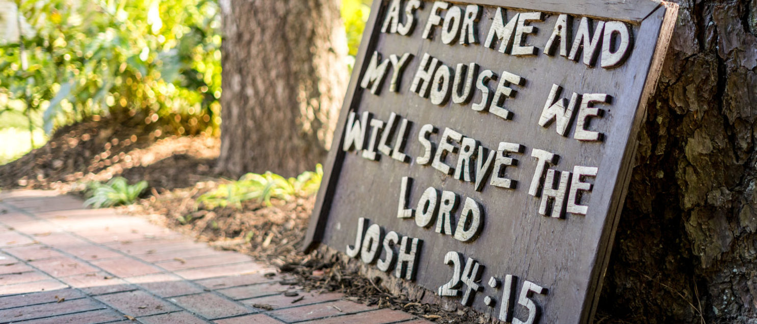 Sign for a Christian home (Shutterstock/Cire notrevo)