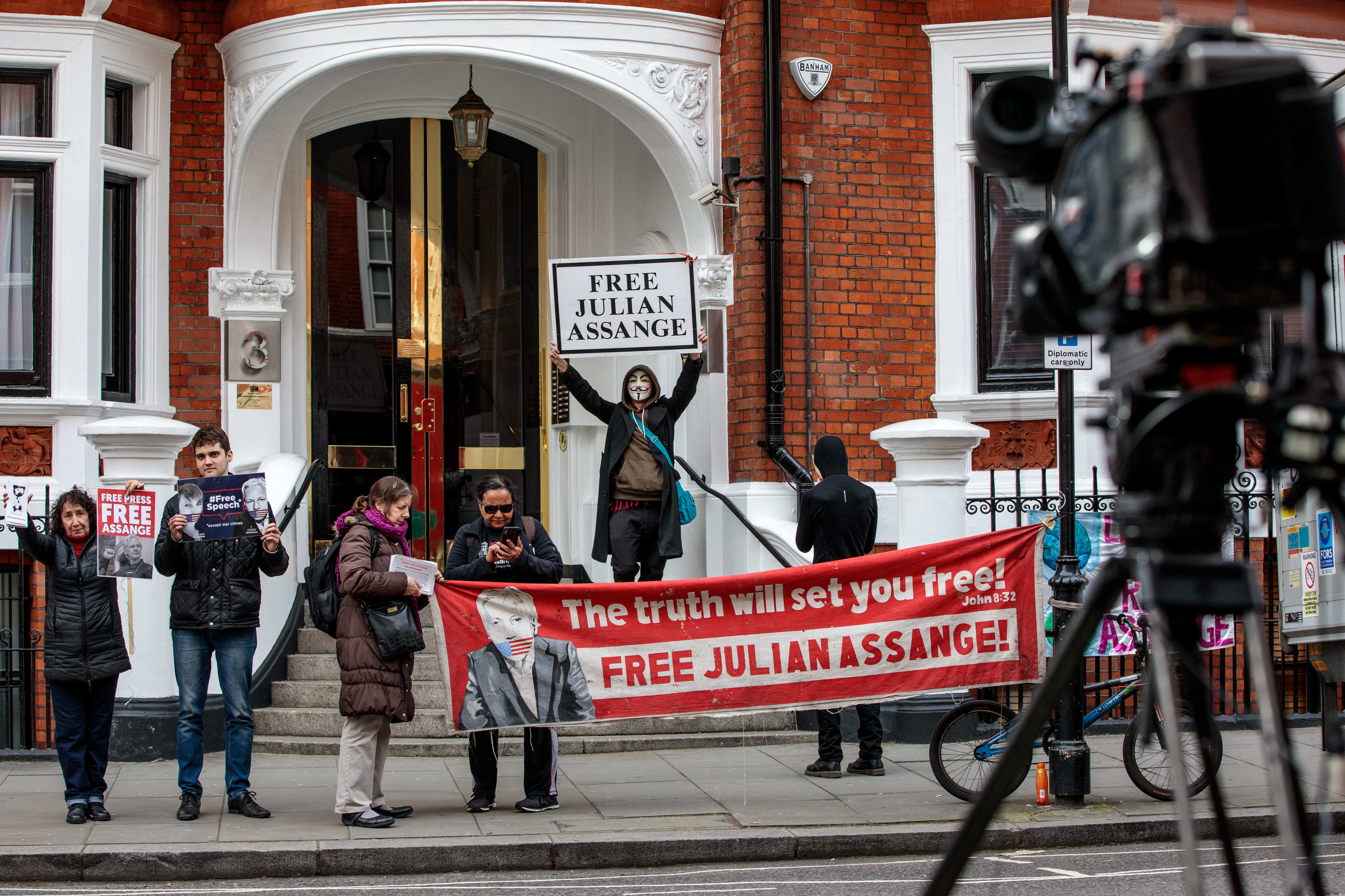 "LONDON, ENGLAND - APRIL 05: Protesters demonstrate in support of Julian Assange outside the Ecuadorian Embassy in South Kensington on April 5, 2019 in London, England. Wikileaks said via their Twitter account on Thursday that the organization's founder Julian Assange, who has been holed up in the embassy since 2012, will be expelled from there within ""hours to days."" (Photo by Jack Taylor/Getty Images)"
