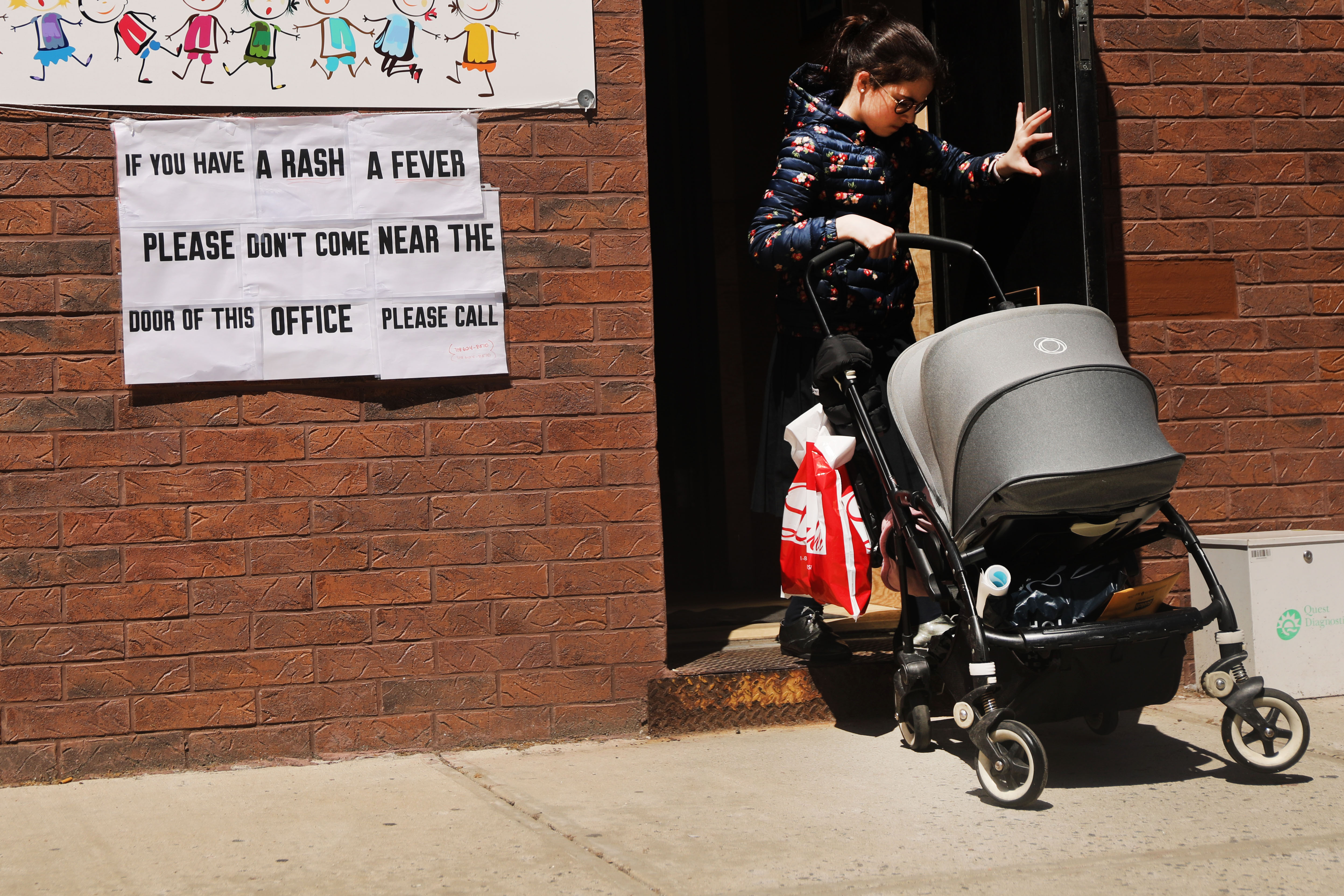 A sign warns people of measles in the ultra-Orthodox Jewish community in Williamsburg on April 10, 2019 in New York City. As a measles epidemic continues to spread, New York City Mayor Bill de Blasio recently announced a state of emergency and mandated residents of the ultra-Orthodox Jewish community in Williamsburg at the center of the outbreak to get vaccinated for the viral disease. Those who choose not to will risk a $1,000 fine. (Photo by Spencer Platt/Getty Images)