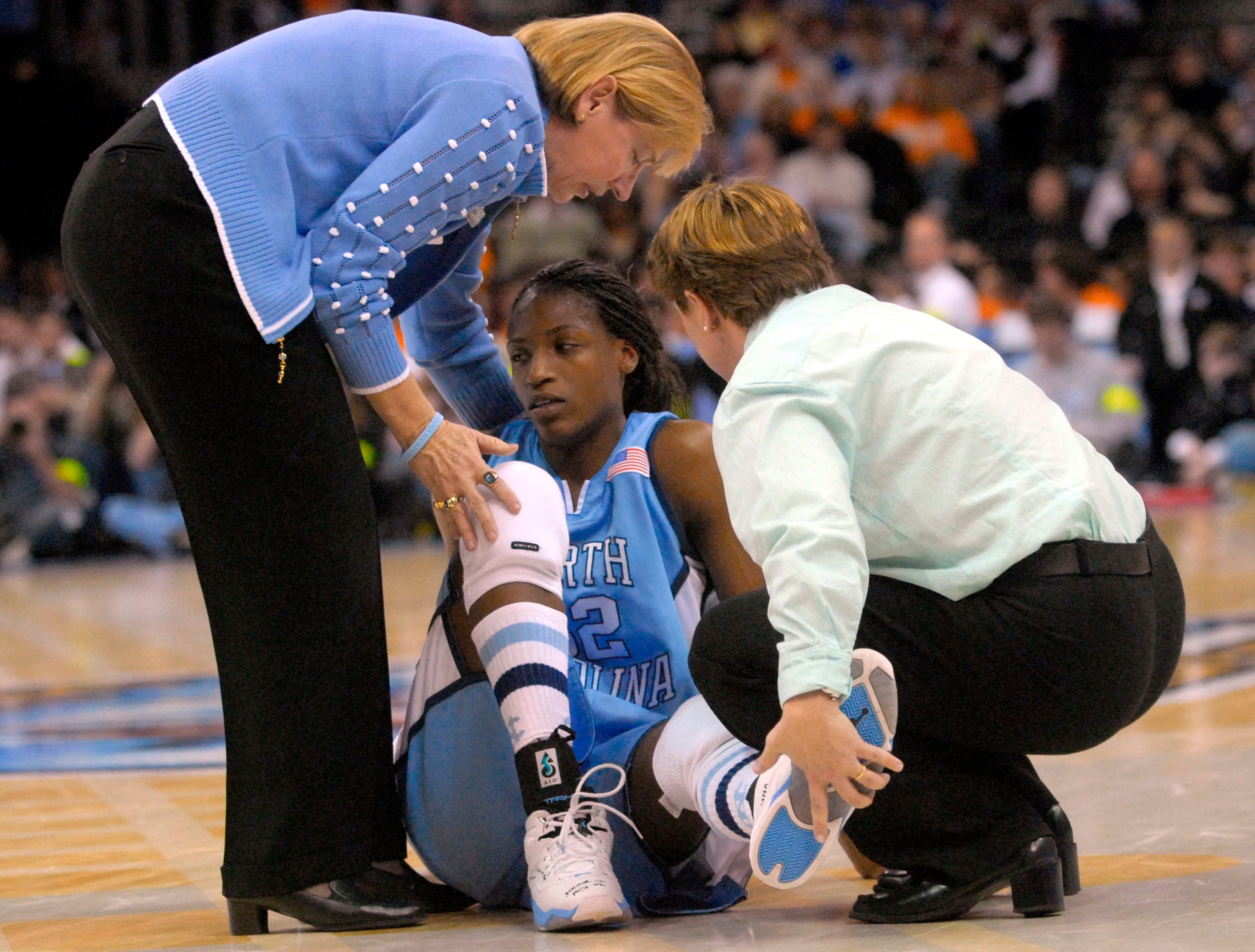 University North Carolina Tarheels' head coach Sylvia Hatchell (L) helps Rashanda McCants (C) up during the second half of their NCAA women's semi-final basketball game against the University of Tennessee Lady Volunteers in Cleveland, Ohio, April 1, 2007. REUTERS/John Sommers II