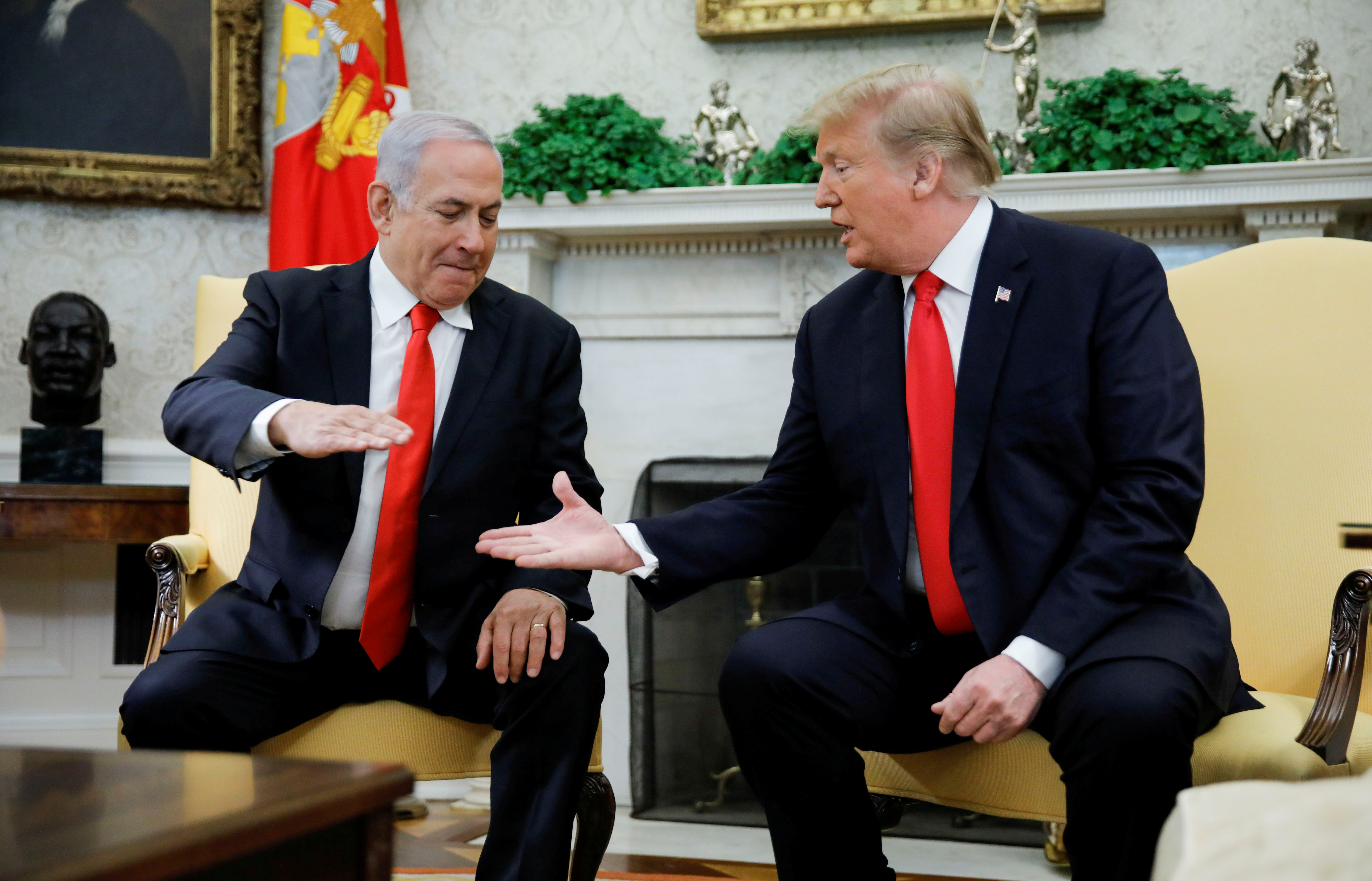 Israel's Prime Minister Benjamin Netanyahu shakes hands with U.S. President Donald Trump during their meeting in the Oval Office at the White House in Washington, U.S., March 25, 2019. REUTERS/Carlos Barria