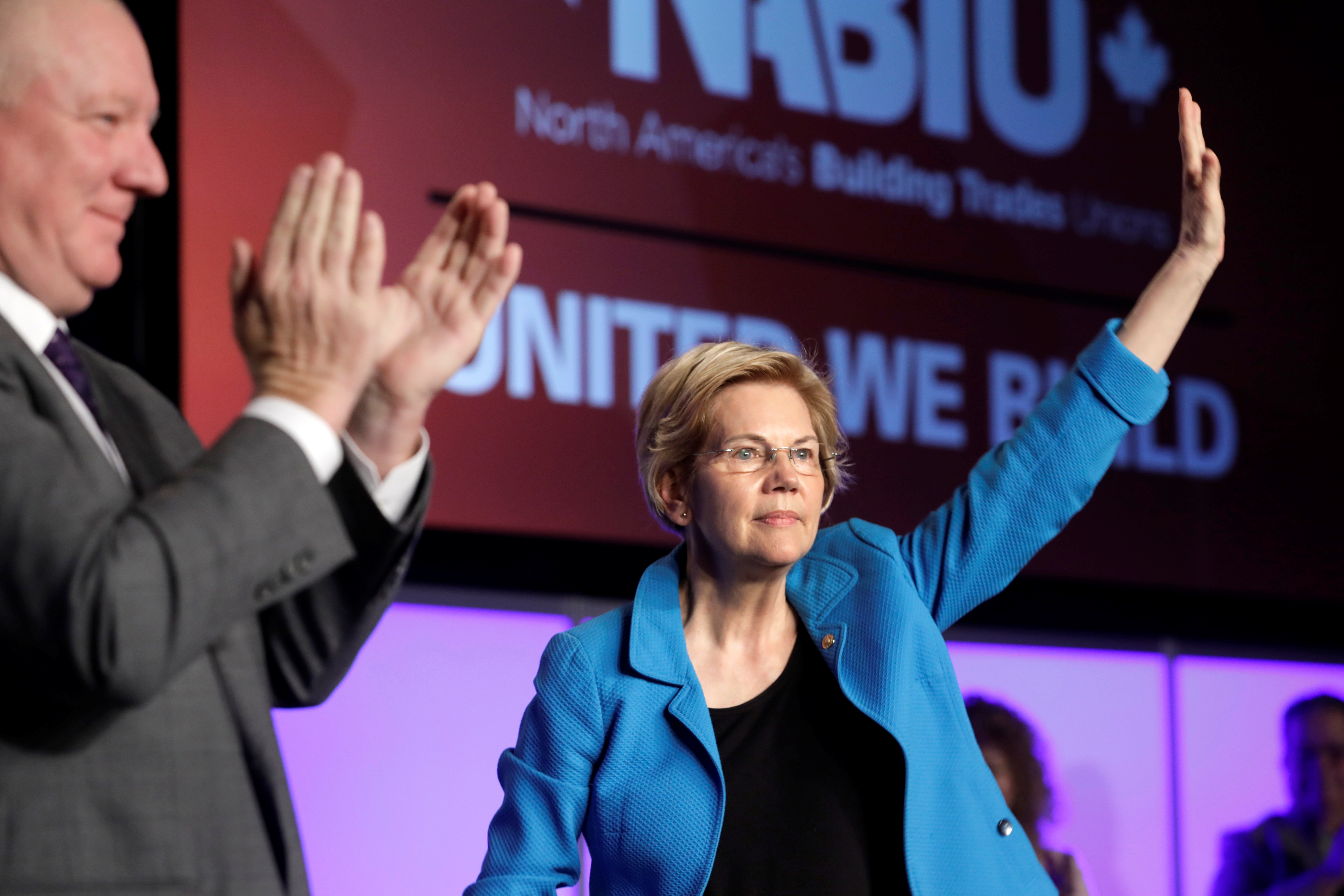 Democratic U.S. presidential candidate Senator Elizabeth Warren (D-MA) waves at the North America's Building Trades Unions (NABTU) 2019 legislative conference in Washington, U.S., April 10, 2019. REUTERS/Yuri Gripas