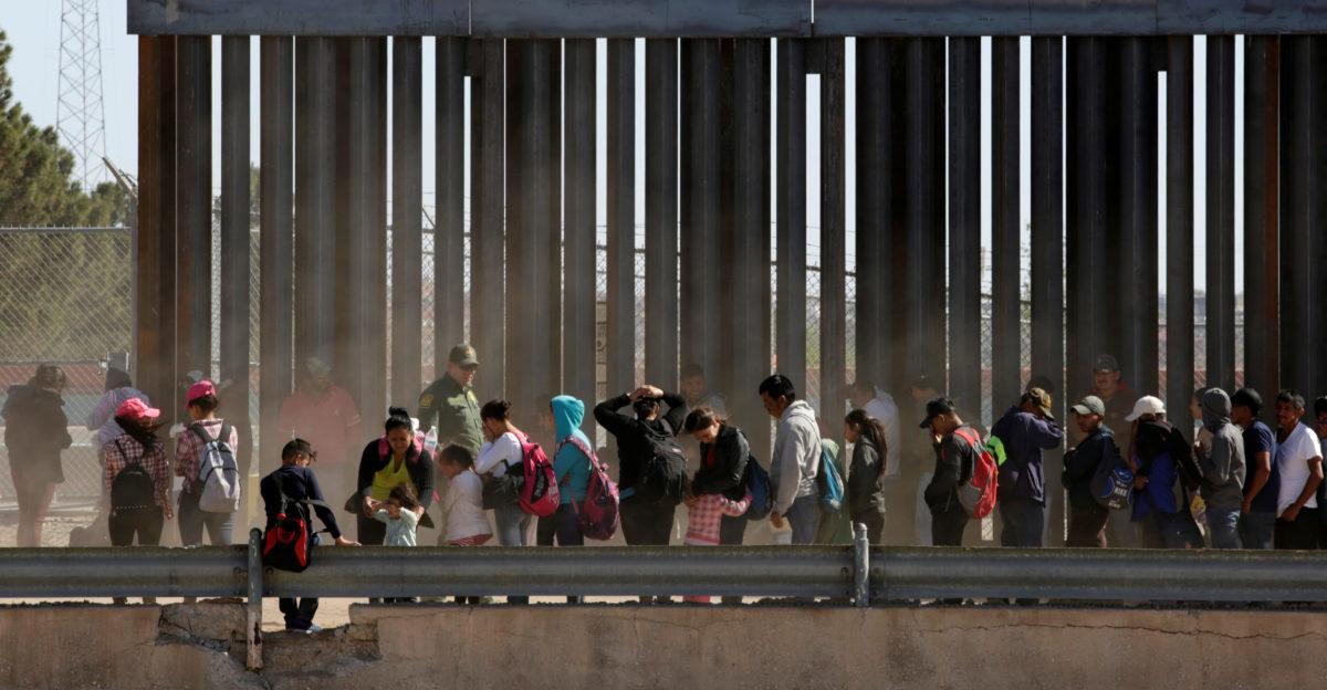 Migrants queue to request asylum after crossing illegally into El Paso, in this picture taken from Ciudad Juarez, Mexico April 21, 2019. REUTERS/Jose Luis Gonzalez