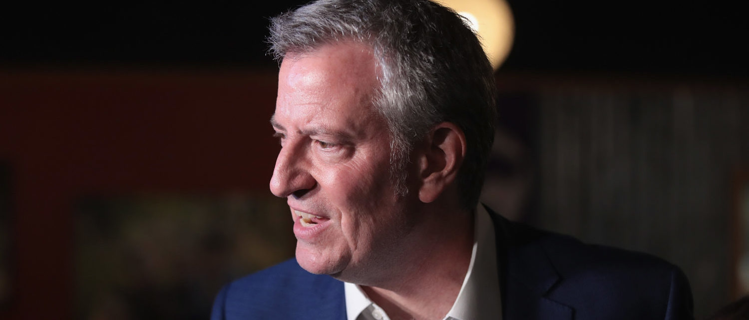 SIOUX CITY, IOWA - MAY 17: Democratic presidential candidate and New York City Mayor Bill De Blasio speaks to guests during a campaign stop at Rebos restaurant on May 17, 2019 in Sioux City, Iowa. Yesterday De Blasio announced he would be seeking the Democratic nomination, joining more than 20 other candidates hoping to face off against President Donald Trump in the general election in 2020. (Photo by Scott Olson/Getty Images)